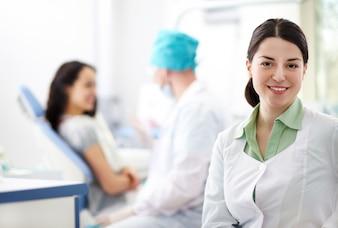 Pielęgniarka w gabinecie lekarskim
