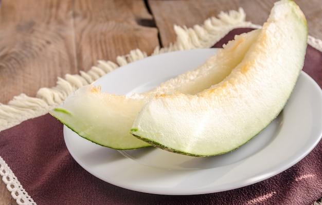 Piel de sapo melon na drewnianym tle