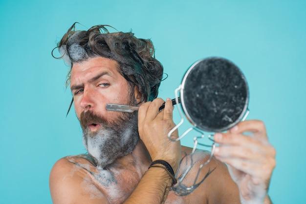 Pielęgnacja brody brodaty mężczyzna golenie pod prysznicem mycie brodaty mężczyzna golenie brody spa weź prysznic mężczyzna z