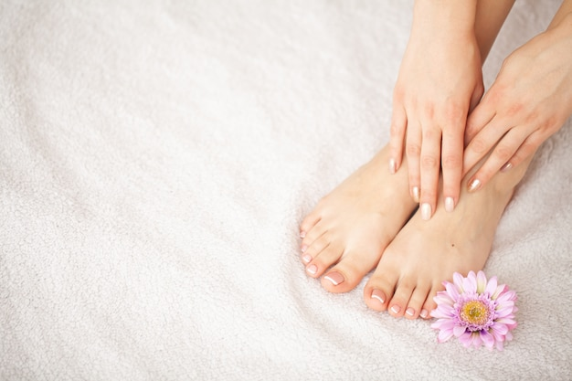 Pielęgnacja dłoni i paznokci. piękne kobiece stopy i dłonie po manicure i pedicure w salonie kosmetycznym. manicure spa