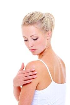 Pielęgnacja kobiety masuje jej ramię nad białą przestrzenią