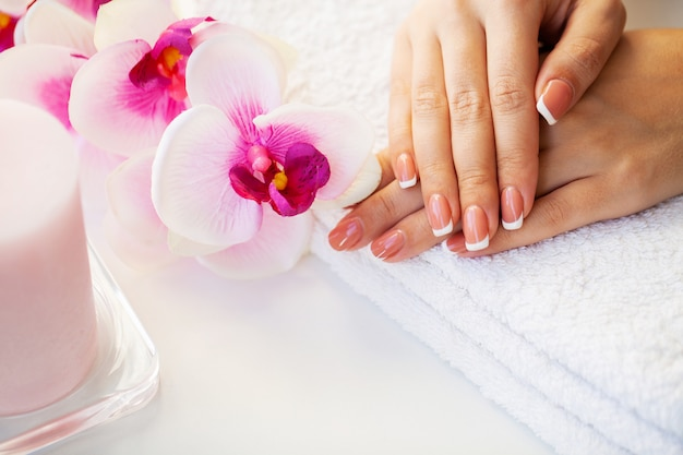 Pielęgnacja paznokci. piękne kobiety paznokcie z francuskim manicure