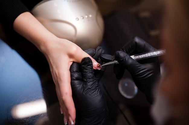 Pielęgnacja paznokci w gabinecie kosmetycznym