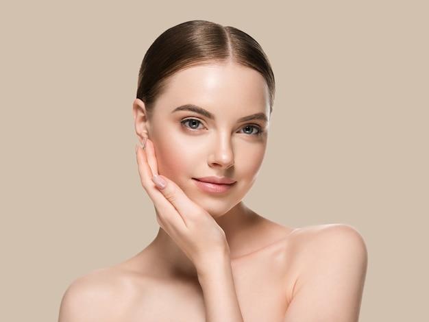 Pielęgnacja skóry kobieta rękami portret zbliżenie skóry kosmetycznych wiek koncepcja. kolor tła brązowy