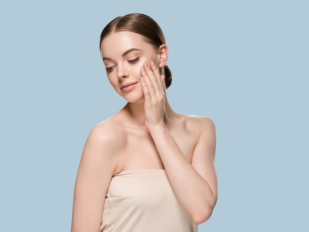 Pielęgnacja skóry kobieta rękami portret zbliżenie skóry kosmetycznych wiek koncepcja. kolor tła