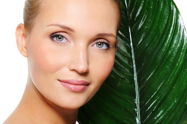 Pielęgnacja skóry kobiety z rośliną