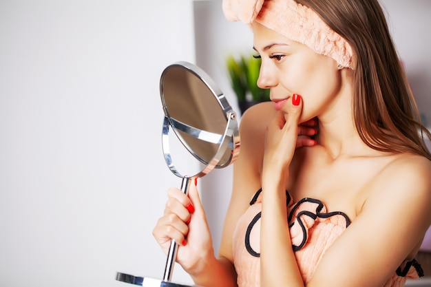 Pielęgnacja skóry, portret pięknej kobiety o doskonałej skórze twarzy