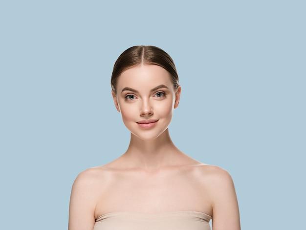 Pielęgnacja skóry twarzy kobiety z zdrowe piękno skóry zbliżenie kosmetyczny wiek koncepcja. kolor tła niebieski