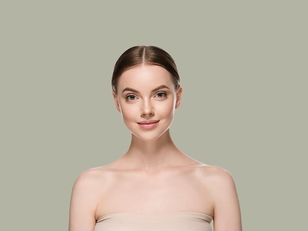 Pielęgnacja skóry twarzy kobiety z zdrowe piękno skóry zbliżenie kosmetyczny wiek koncepcja. kolor tła zielony