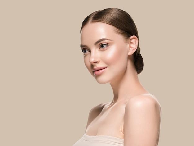 Pielęgnacja skóry twarzy kobiety z zdrowe piękno skóry zbliżenie kosmetyczny wiek koncepcja. kolor tła