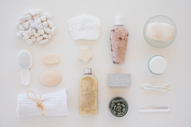 Pielęgnacja skóry wdraża na białym tle