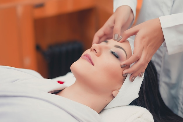 Pielęgnacja twarzy spa leczenie. profesjonalny masaż twarzy. masażysta twarzy zdrowia.