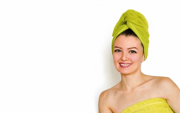 Pielęgnacja twarzy, zabiegi kosmetyczne, produkt kosmetyczny, relaks w spa, masaż twarzy i ciała. młoda piękna kobieta z doskonałymi pokazami skóry, promocja kosmetyków.
