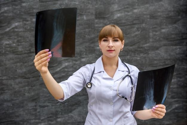 Pielęgniarka bada zdjęcie rentgenowskie stopy. pojęcie medyczne.