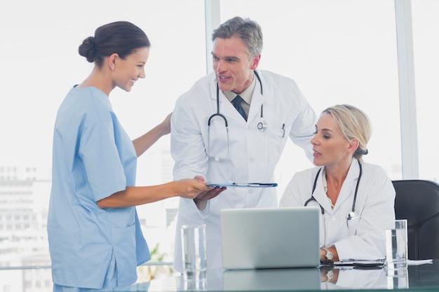 Pielęgniarka daje folder swoim kolegom