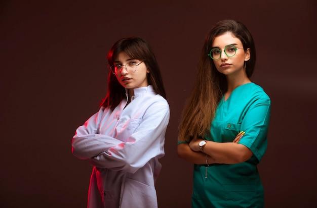Pielęgniarka i lekarz wyglądają profesjonalnie i pewnie.