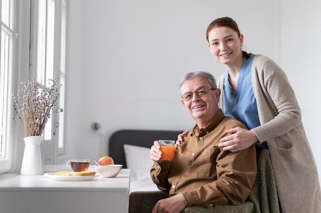 Pielęgniarka i mężczyzna w średnim ujęciu