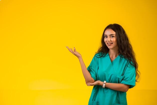 Pielęgniarka otwiera ręce i wygląda na szczęśliwą