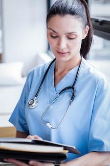 Pielęgniarka pisze w swoim pamiętniku w szpitalu