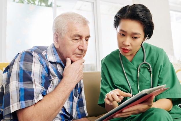 Pielęgniarka pokazująca pacjentowi wyniki badań