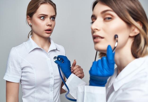 Pielęgniarka procedury leczenia stetoskopem na białym tle
