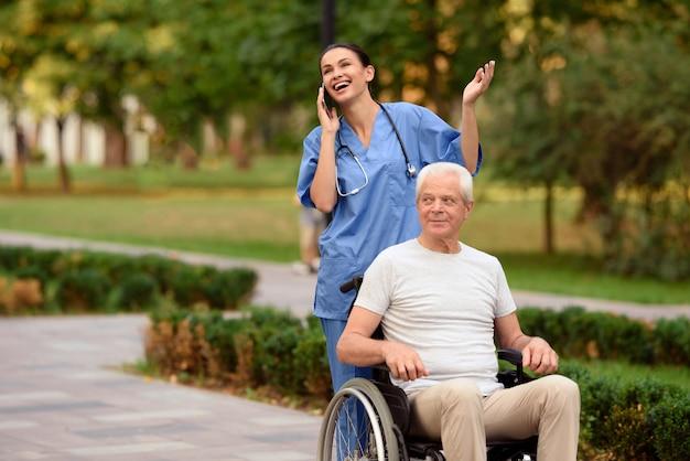 Pielęgniarka rozmawia przez telefon komórkowy i chodzenie.