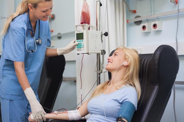 Pielęgniarka sprawdzanie pulsu pacjenta