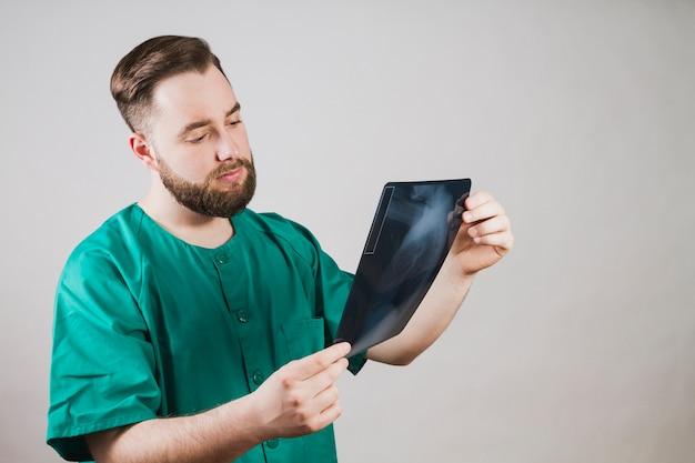 Pielęgniarka sprawdzanie radiografii