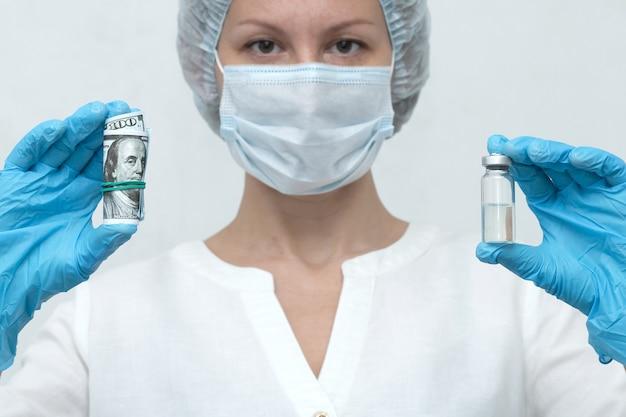 Pielęgniarka trzyma zaszczepione dolary i ampułkę