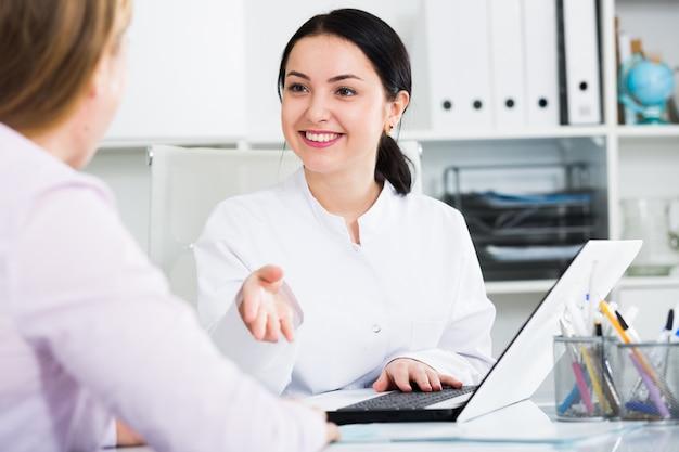 Pielęgniarka umawiająca się na spotkanie z klientem