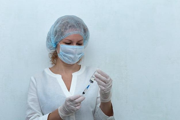 Pielęgniarka wybiera wstrzyknięcie do strzykawki, szczepienie