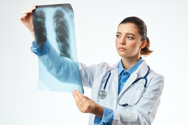 Pielęgniarka z xray opieki zdrowotnej na białym tle