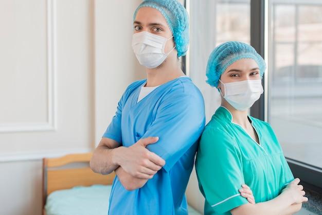 Pielęgniarka żeńska i męska pod dużym kątem
