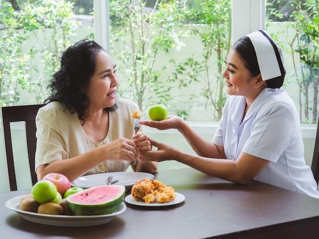 Pielęgniarki nie mogą pozwalać osobom starszym jeść smażonego kurczaka.