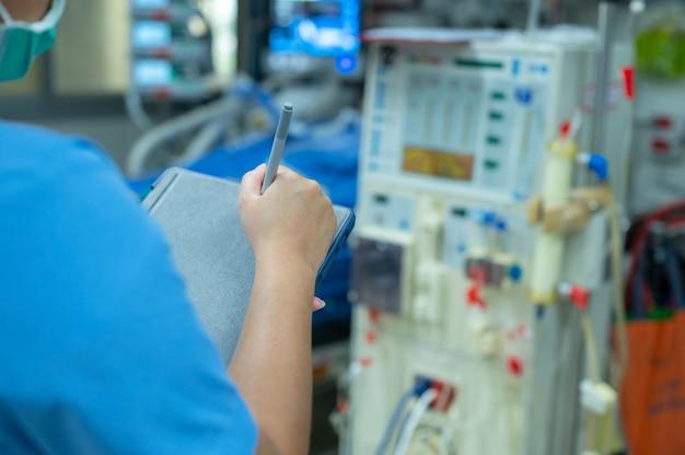 Pielęgniarki Sprawdzają Działanie Aparatu Do Hemodializy Przed Użyciem U Pacjentów Z Przewlekłą Niewydolnością Nerek. Premium Zdjęcia