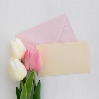 Pielenie kartkę z życzeniami z tulipanów na białym tle