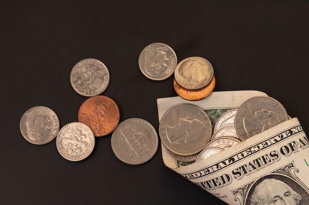 Pieniądze, banknoty w dolarach amerykańskich, grosz, nikiel, grosz. koncepcja finansów i gospodarki.