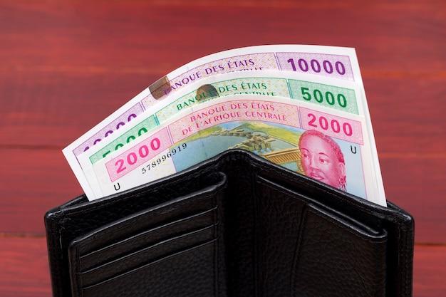 Pieniądze franków państw afryki środkowej w czarnym portfelu
