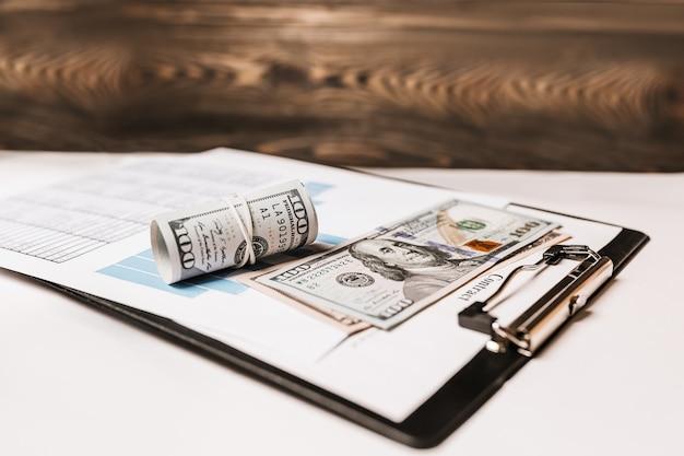 Pieniądze i dokumenty biznesowe w biurze