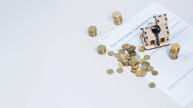 Pieniądze i klucze na formularzu wniosku