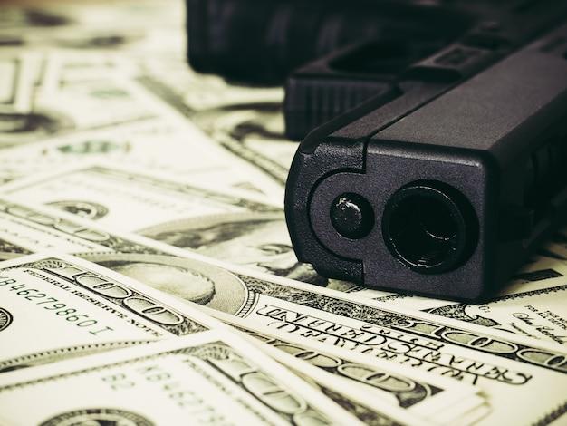 Pieniądze i koncepcja broni.