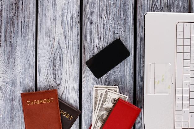Pieniądze i paszporty. atrybuty podróży służbowych. pulpit biurowy.