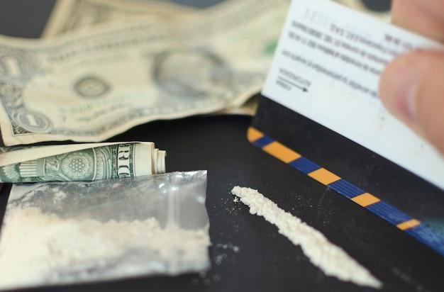 Pieniądze i uzależnienie od kokainy narkotyki używają białego proszku, takiego jak kokaina