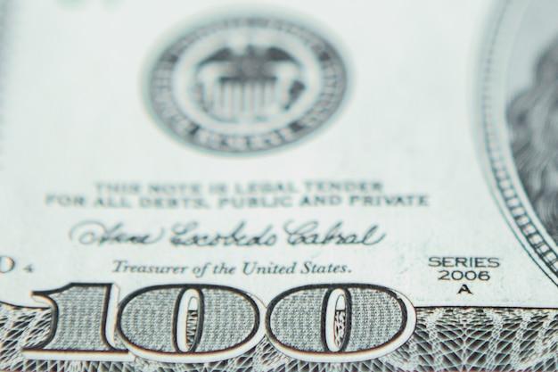 Pieniądze kolorowe zbliżenie. szczegóły amerykańskich banknotów w walucie krajowej