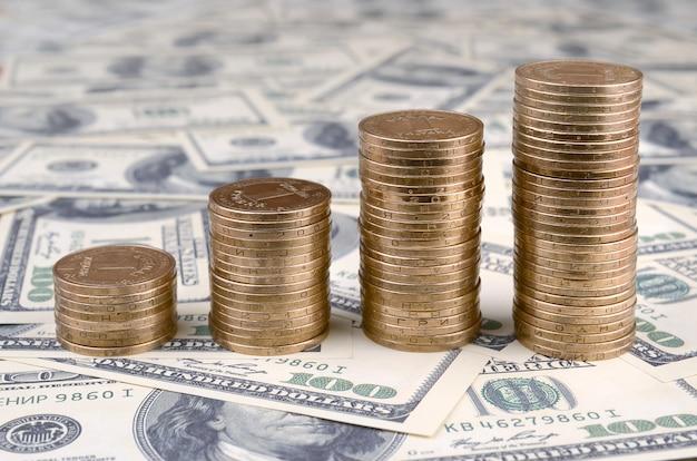 Pieniądze leżą na wielu dolarach amerykańskich