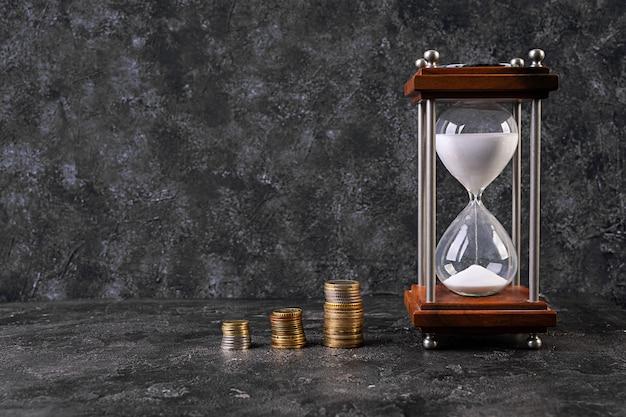 Pieniądze, monety, oszczędność czasu. pomysł na biznes. kryzys, dewaluacja, oszczędzaj pieniądze.