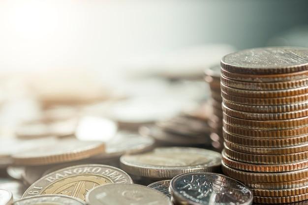 Pieniądze monety układa na rozsypisku monety. oszczędność na inwestycje