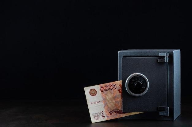 Pieniądze na mieszkalnym bezpiecznym zdjęciu z bliska