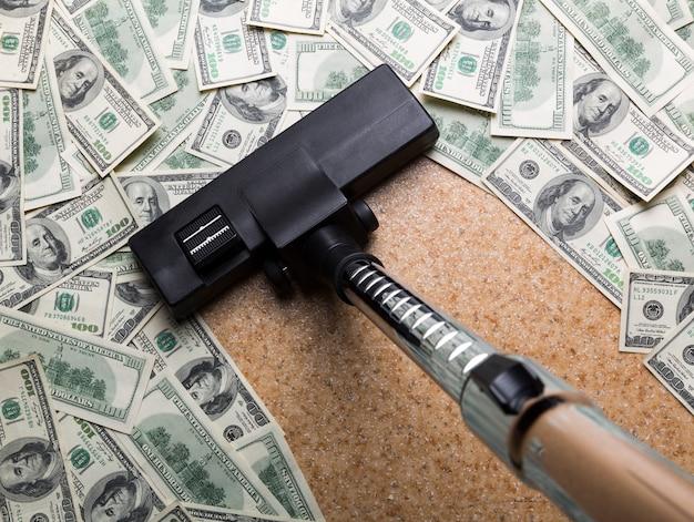 Pieniądze na podłodze odkurzanie odkurzaczem