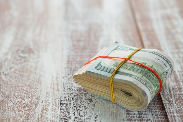 Pieniądze odizolowywający na drewnianym stole